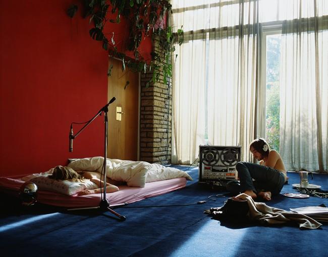 Somniloquie, 2002, photograph + 4 dub plates, turn table, amp, table, 180 x 230 cm